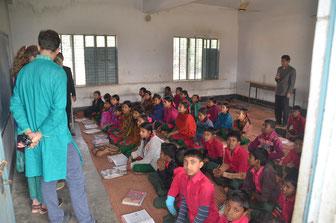 Nicht alle Klassenräume haben Tische und Bänke - die Kinder sitzen während des Unterrichts auf dem Boden