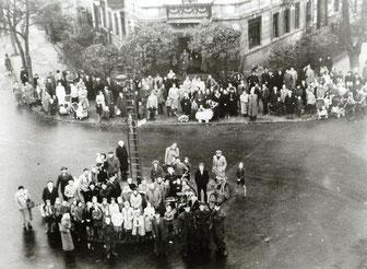 am S-Kaulsdorf, Zuschauermenge von der Drehleiter aus fotografiert
