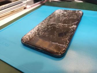 一部光が漏れる様にしか点かないディスプレイのiPhone11PRO