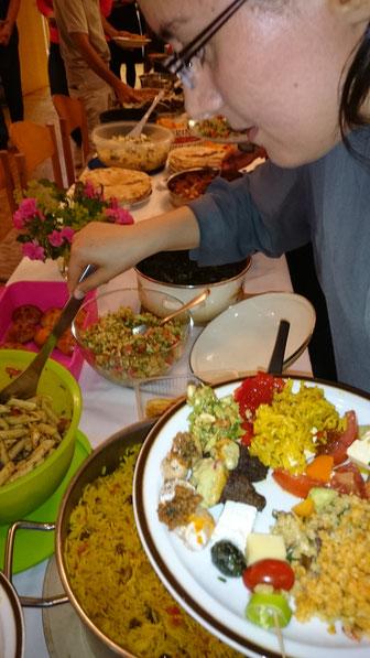 Nach Sonnenuntergang wird beim gemeinsamen Fastenbrechen gegessen und gefeiert. (Foto: R. Hillgärtner)