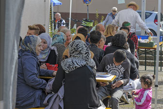 Fest der Begegnung in RSKN: Echte Hocketse-Atmosphäre mit schwäbisch-orientalischem Gschwätz (Foto: Uwe Mönninghoff)