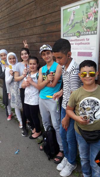 Leckeres Eis schlecken: Auf Einladung der Initiative Gemeinsam für Flüchtlinge in RSKN besuchen Flüchtlingskinder die Wilhelma in Stuttgart. (Foto: Rosemarie Paul)