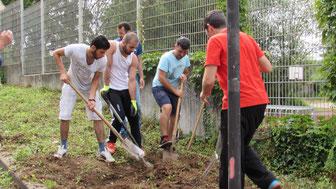 Los geht´s: Das Gartenteam der Initiative Gemeinsam für Flüchtlinge in RSKN verwandelt den Grünstreifen vor der Unterkunft in ein Kräuterbeet (Foto: Vetter)