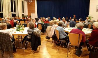 Das Erzählcafe´ im ev. Gemeindehaus wirkte als Besuchermagnet; eingeladen hatte die Initiative Gemeinsam für Flüchtlinge in RSKN und die beiden örtlichen Kirchengemeinden (Foto: Jörg Exner)