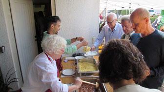 Gulasch, Falafel, Salate und Kuchen - ein buntes Miteinander nicht nur auf dem Teller. Großer andrang beim diesjährigen Begegnungsfest! (Foto: M. Vetter)