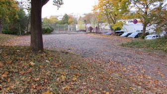 Blick auf den Parkplatz der Sporthalle Sulzgries. Dort wird die Flüchtlingsunterkunft erbaut. (Foto: M. Vetter)