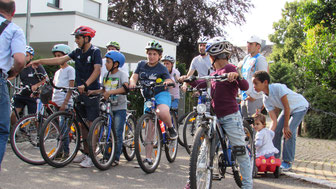 Fahrräder bedeuten Mobilität - Die wird gleich mal vor der Fahrradwerkstatt ausprobiert. (Bildquelle: R. Hillgärtner)