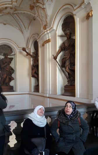 Besuch auf Einladung der Initiative Gemeinsam für Flüchtlinge in RSKN im Ludwigsburger Schloss: Aus Syrien geflüchtete Frauen zeigen sich von barocker Kunst beeindruckt. (Foto: Rosemarie Paul)
