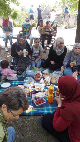 Allen schmeckt es: Das Picknick im Wäldchen der Wilhelma weckt Erinnerung an heimatliche Traditionen. Der Ausflug für Frauen und Kinder wurde von der Initiative Gemeinsam für Flüchtlinge in RSKN organisiert (Foto: Rosemarie Paul)