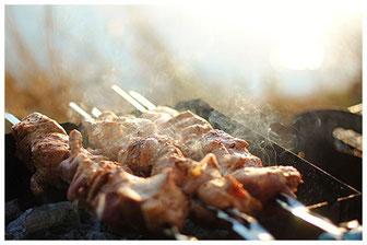 Brochettes fumantes, sur le grill