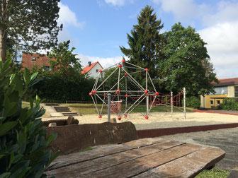 Klettergerüst auf dem Oberen Schulhof