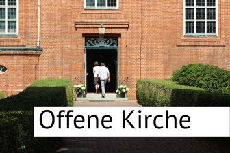 Paar betritt Billwerder Kirche