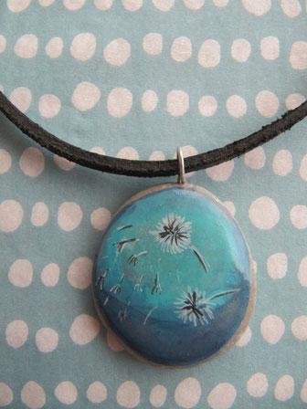Colgante con piedra pintada a mano y cordón de cuero