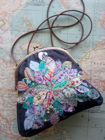 Bolso de fiesta con apliques y bordados de colores, sobre tela tejana y cierre metálico en oro viejo