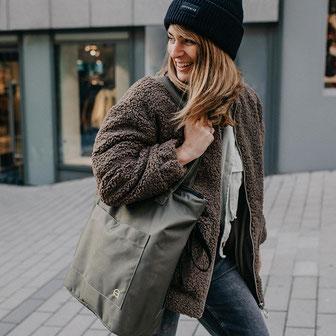 Die wasserfeste Wickeltasche Greta ist nachhaltig produziert und hat ein schlichtes Design