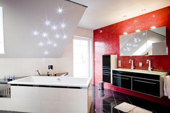 Bild mit matter CILING-Spanndecke in Dachschräge (hier mit integriertem Sternenhimmel) und horizontaler Decke (mit Einbaustrahlern).