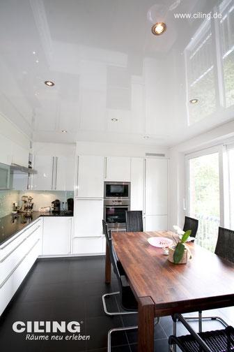 Bild mit weißer, glänzenden CILING-Spanndecke im offen gestalteten Essbereich.