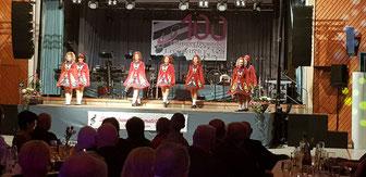 Die Gruppe Siona Irish Dance zeigte ihr Können mit Stepp-Tanz nach irischen Weisen in bezaubernden Kostümen.