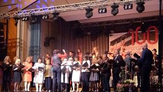 Die Sängerfreunde Leerstetten sangen zwei Lieder mit Begleitung der Störzelbacher & Strings