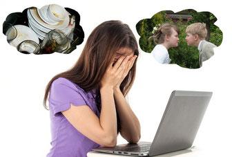 femme stressée sur son ordinateur portable