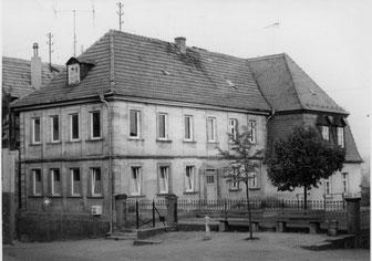 """Im Jahre 1882 hatte die Gemeinde das Karg'- sche Haus als dritte Schulstelle schräg gegenüber der ersten """"Alten Schule"""" an der Kirche erworben."""