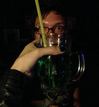 Till mit einem grünen Drink