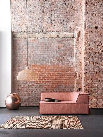 canapé terracotta mur briques