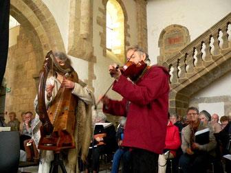 ...accompagnée à la harpe et au violon