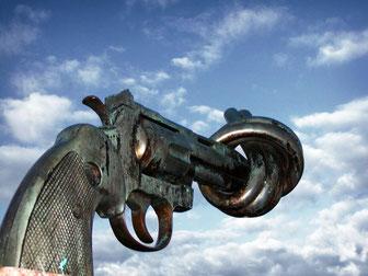 Symbole de non violence à l'ONU, l'arme à feu nouée, l'ONU est symbolisée par la bête à 7 têtes et 10 cornes qui a été blessée à mort mais a été guérie