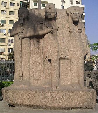 La triade de Memphis composée de Ptah, le dieu des artisans et des architectes, de son épouse Sekhmeth et de leur fils Néfertoum. Leur influence s'étend au-delà de Memphis. Parfois, Néfertoum est remplacé par le pharaon en une triade avec Ptah et Sekhmet.