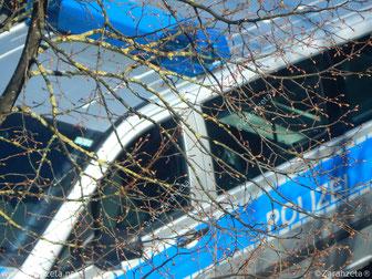 Polizeiwagen im HIntergrund als Symbol für Achtung Amt