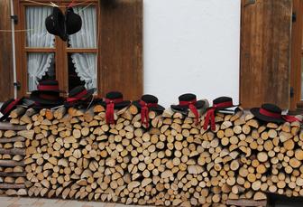 Bild: Hüte mit Holz - Tradition