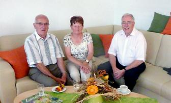 Der Künstler Rolf Huber (re.) nach erfolgreicher Präsentation seiner Bilder im Gespräch mit Gästen der Vernissage (hier mit Familie Fleischhack, Eltern der Stationsleiterin).