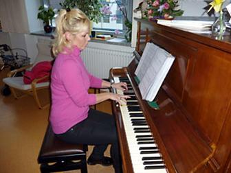 Ilmenauer Klavierlehrerin Ulrike Veit beim Konzert des Palliativvereins