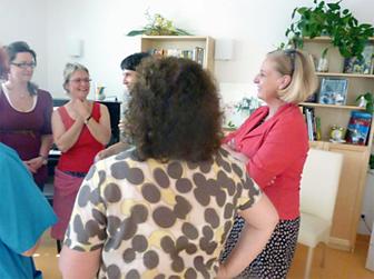 Petra Hess (halb verdeckt 3. von li.) und Landtagsabgeordnete Eleonore Mühlbauer (li.) im Gespräch mit Fachschwestern der Palliativstation.Beide SPD-Politikerinnen engagierten sich bisher sehr für die Belange der Palliativmedizin