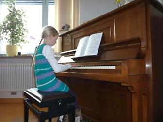 Mathilda Keschke eröffnet das Konzert des Palliativvereins