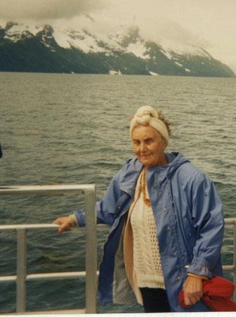Charlotte Wille in Alaska (USA) vor einem kalbenden Gletscher