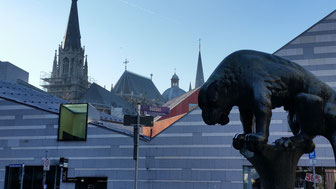 Das Aachener Bahkauv vor der Domsilhouette (Photo Martina Fey)