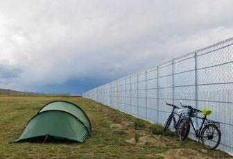 Zur Not geht auch ein Zeltplatz hinter einer Windschutzwand.