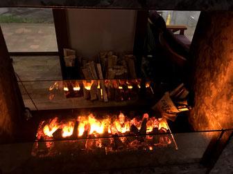 フロントロビーでは薪の暖炉で冬支度