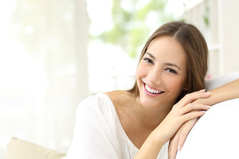 Fotolia 99777232 - Beauty woman with white smile at home © Antonioguillem