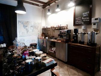 Cafés, thés, biscuits: tout est à volonté. Il suffit de se servir et de ranger derrière soi.