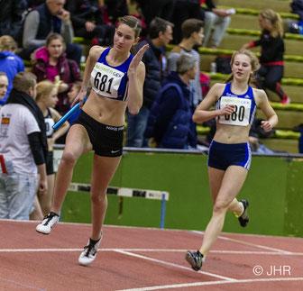 Nike Dangelmaier wechselt auf Johanna Gries: Die U18-Staffel wurde von Jamira Lauf und Antonia Cirth komplettiert und lief in 1:48,74 min souverän zum Sieg. (Foto: Jan-Hendrik Ridder)
