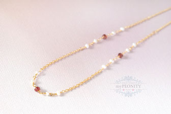 Feine Halskette - Perlen und Granat, vergoldet