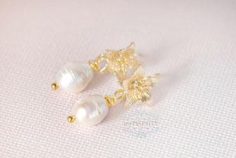 Feminine kurze Ohrringe Blüte Perle