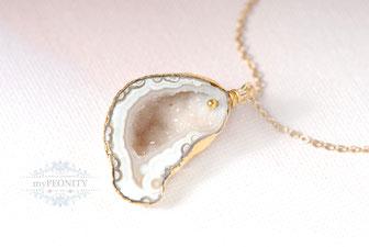 Halbrunde Druse heller weißer Achat Halskette vergoldet mypeonity