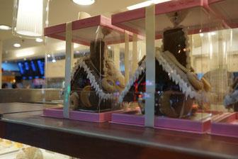 """Lebkuchenhäuser in einer Konditorei in Quanzhou. Natürlich nicht aus Lebkuchen. Aber aus braunem Brotteig. Oben steht passenderweise drauf """"Happy New Year""""."""