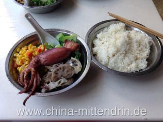 Hier ein Beispiel für das Essen in unsere Mensa: Gebratener Tintenfisch (Kenner werden jetzt sagen, das sei kein Tintenfisch...), Lotuswurzeln, Mais und Pak Choi (der kantonesische Name für 小白菜).
