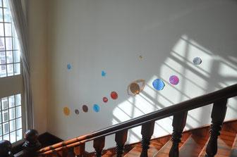 Treppenaufgang in den ersten Stock mit Planetensystem.