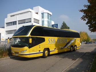 Man sieht einen modernen Neoplanbus, welcher für die Kunstreisen eingesetzt wird